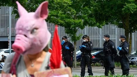Sianpäänaamariin pukeutunut mielenosoittaja protestoi lauantaina Tönniesin tehtaalla.