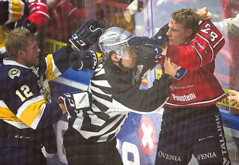 Bluesin Jari Sailio (12) sai tappelussa iskettyä HIFK:n Jasse Ikosen (28) otsan verille.
