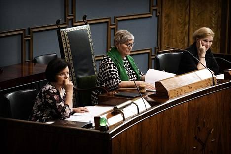 Puhemies Anu Vehviläistä (kesk) avustivat perjantain istunnossa eduskunnan pääsihteeri Maija-Leena Paavola (vasemmalla) ja lainsäädäntöjohtaja Tuula Kulovesi.