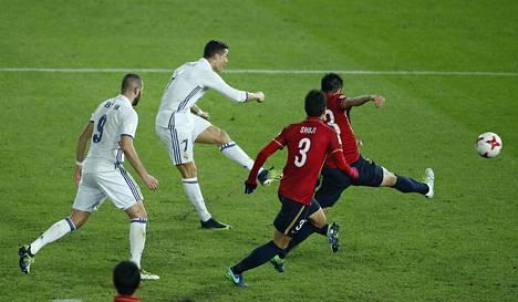 Cristiano Ronaldo laukoi vasurillaan Real Madridin neljännen maalin ja sinetöi hattutemppunsa.