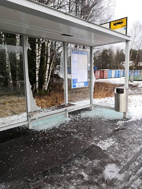 Rikottu pysäkki Vantaanpuistossa.