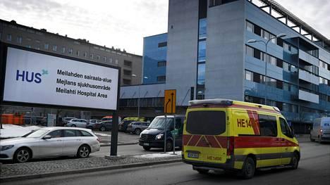 LKS 20210303 Ambulanssi ajaa HUSin Meilahden sairaala-alueen kyltin ohi Helsingissä 3. maaliskuuta 2021. Suomessa on raportoitu 797 uutta koronavirustartuntaa, Terveyden ja hyvinvoinnin laitos (THL) kertoi tänään. LEHTIKUVA / ANTTI AIMO-KOIVISTO