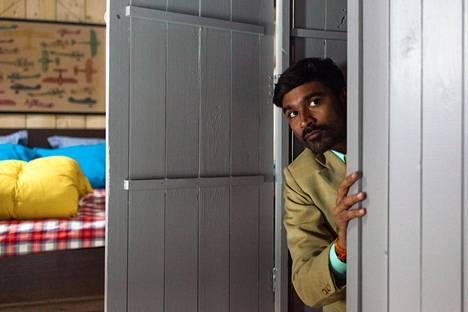Intialainen katutaikuri (Dhanush) joutuu matkaamaan Euroopassa enemmän kuin olisi halunnut, koska jää jumiin Ikea-kaappiin.