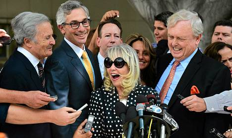 Shelly Sterling iloitsee oikeuden päätöstä sallia Los Angeles Clippersin myynti.