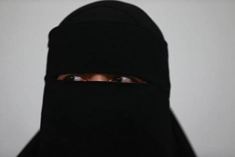 Myös kasvot peittävä burka on Isisin mukaan turvallisuusuhka.