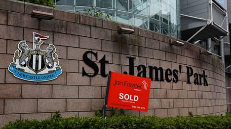 """""""Myyty""""-kyltti on viety Newcastlen stadionin St. James' Parkin kupeeseen."""