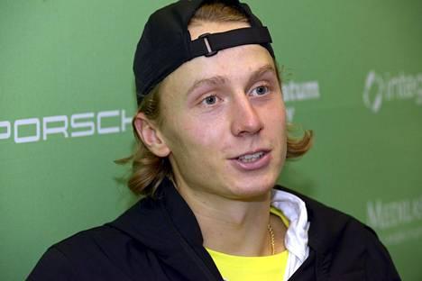 Emil Ruusuvuoren turnaus Dubaissa päättyi luovutukseen.