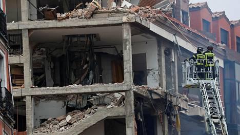 Räjähdys repi irti julkisivun rakennuksen useista kerroksista.