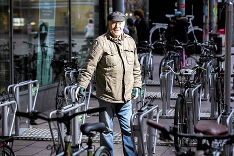 Aarno Laukkosen suunnittelemat pyörätelineet ovat käytössä Narinkkatorilla Helsingissä.
