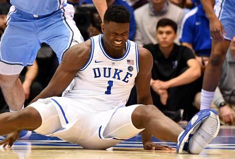 Zion Williamsonin peli päättyi kengän hajoamiseen ottelussa Pohjois Carolinaa vastaan.