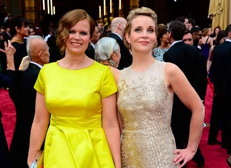 Selma Vilhunen ja Kirsikka Saari Oscar-gaalassa Hollywoodissa sunnuntaina.