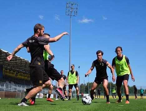 Jonas Levänen (kesk.) katsoi joukkuekaverien pallottelua Hongan harjoituksissa kesäkuun lopulla.