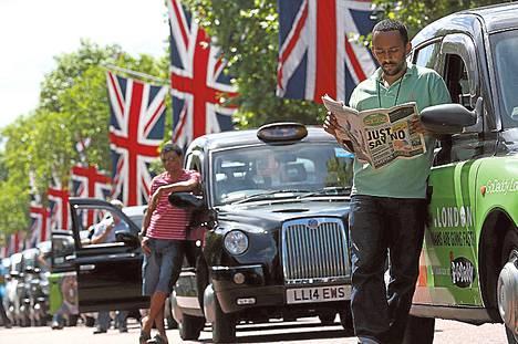 Uberia vastustavat taksinkuljettajat tukkivat kadun Lontoon keskustassa kesäkuussa.