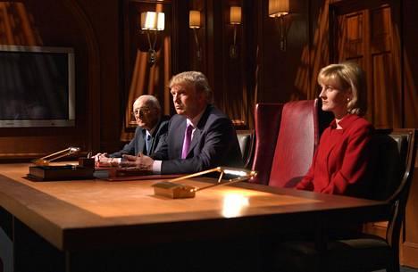 Donald Trump sekä avustajansa George Ross ja Carolyn Kepcher Diili-kilpailijoita arvioimassa vuonna 2004 .