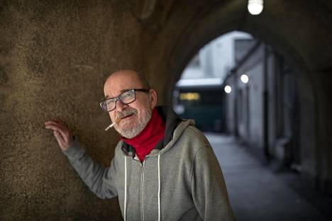 Måns Groundstroem syntyi ja varttui Töölössä, mutta Kaartinkaupungin porttikäytävät tulivat myös tutuiksi, sillä hän kirjoitti ylioppilaaksi Unioninkadun Ruotsalaisesta normaalilyseosta.