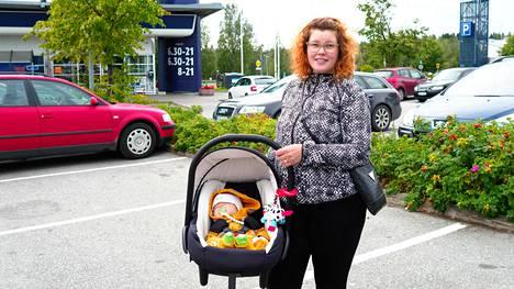 Siilinjärveläinen Hanna Pitkänen kävi Eemil-vauvan kanssa ruokaostoksilla voittoisassa K-kaupassa maanantaina. Jättipotti on hänen mukaansa otettu iloisin mielin vastaan.
