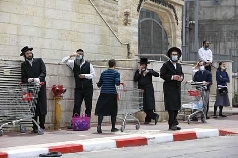 Haredijuutalaiset jonottivat ruokaostoksille Bnei Brakissa.