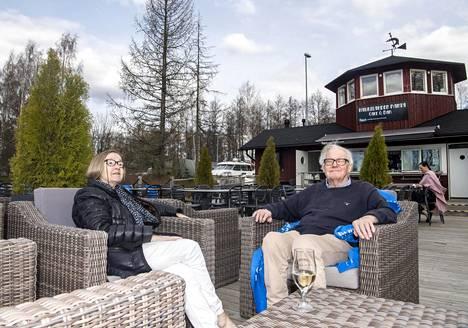 """Inkeri ja Vesa Taiminen istuskelivat Ravintola Haukilahden rannan terassilla. """"Täällä on paljon kysyntää. On hyvä, että on erilaisia ja eritasoisia paikkoja eri tarkoituksiin"""", Inkeri Taiminen pohtii."""