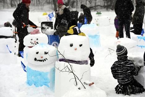 Lapset leikkivät ja tekivät lumiukkoja ulkoilutapahtumassa Espoon Oittaalla lauantaina 2. helmikuuta.