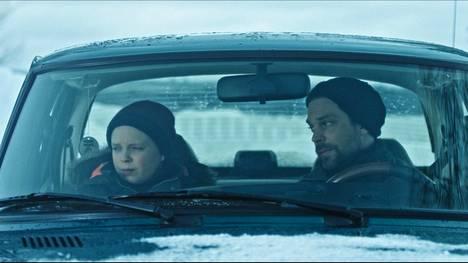 Simo (Niila Nousiainen) ja Harri (Mikko Nousiainen) muuttavat uudelle vieraalle paikkakunnalle.