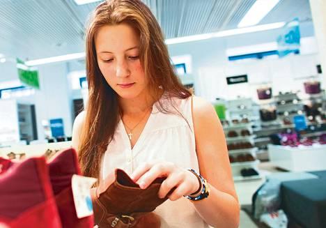 Venäläinen Anja Mikirei etsi tiistaina kenkiä Helsingin keskustassa. Suomeen hänet tuovat ystävälliset ihmiset ja halvat hinnat.
