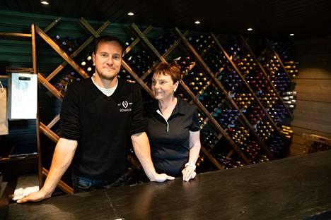 Kun Eila Rönni aloitti miehensä kanssa tilaviinien valmistuksen 25 vuotta sitten, sitä pidettiin hullutuksena. Nyt Rönnvikin viinitilan omistavat Eilan pojat Kalle (vas.) ja Juho Rönni.