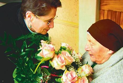 Illan dokumentissa Eva Kuper (vas.) tapaa hänet sota-aikaan hoiviinsa ottaneen sisar Klara Jaroszynskan.