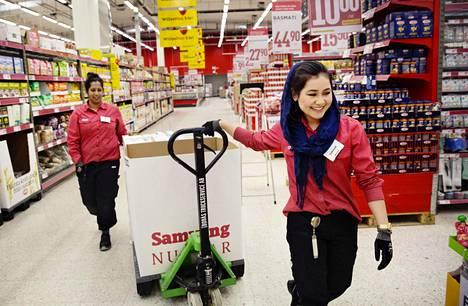 Sakinah Khoja Mohammad, 22, aloitti tammikuussa työt Tukholman eteläpuolella Lännan Willys-supermarketissa. Varsinkin alkuvaiheessa hänen tukenaan oli usein samoissa vuoroissa kokeneempi työntekijä Nina Franzén (vas).