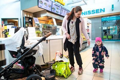 Daniela Mirabella tuli tullut pitkästä aikaa perjantaina Jumboon tyttärensä Isabellan ja vielä nimettömän kuukauden ikäisen poikavauvansa kanssa.