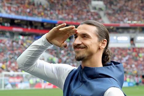 Zlatan jaksaa paukutella henkseleitään.