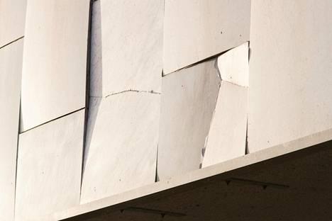 Finlandia-talon julkisivu remontoitiin edellisen kerran noin 20 vuotta sitten. Julkisivussa oleva marmori on käpristynyt ja osittain lohkeillut.