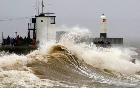 Dennis-myrskyn nostattamat aallot iskivät Portcawlin aallonmurtajaan Walesissa lauantaina.