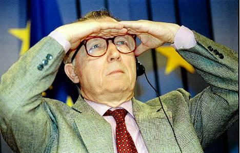 Jacques Delors puhumassa toimittajille Brysselissä 1994.