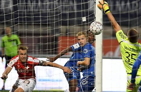 HIFK:n Pauli Kuusijärvi (vas.) puski voittomaaliksi jääneen 2–0-maalin ohi PS Kemin maalivahdin Mikko Vilmusen (oik.)