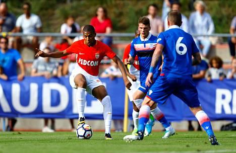 AS Monacon Kylian Mbappe pitämässä palloa ystävyysottelussa Stokea vastaan.