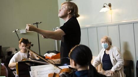 Pekka Kuusisto johti orkesteria elokuussa Fiskarsin kapellimestarikurssilla.
