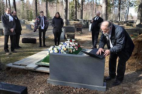 Kokoontumisrajoitukset rajoittavat myös hautajaisia. Maija Härkönen haudattiin Heinäveden Petruman hautausmaalle. Omaiset, jotka eivät voineet tulla paikalle, muistivat vainajaa musiikkiesityksellä, joka kuunneltiin kannettavalta tietokoneelta haudalla.