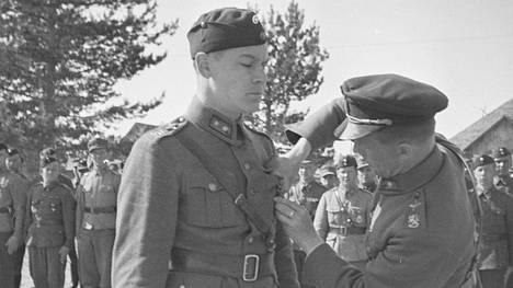 Majuri Kyösti Kurimo kiinnittää Mannerheim-ristin luutnantti Paavo Kahlan rintaan keväällä 1942. Kahla kaatui tiedustelulennolla lokakuussa 1944. Hän oli viimeinen sodassa kuollut Mannerheim-ristin ritari.