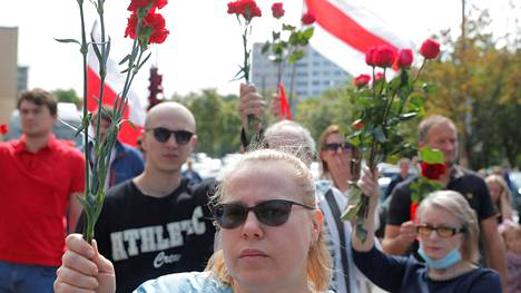 Valko-Venäjän presidentinavaaleja seuranneissa protesteissa kuolleen mielenosoittajan hautajaisiin osallistui lauantaina satoja ihmisiä Minskissä.