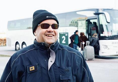 """""""Se olin minä, joka räjäytin rajan!"""", sanoi bussinkuljettaja Magnus Söderberg ja sai muutkin kuljettajat nauramaan."""