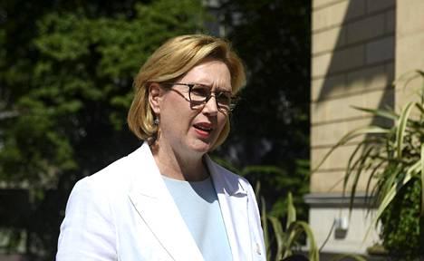 Työministeri Tuula Haatainen menossa hallituksen neuvotteluihin Säätytalolle Helsingissä 17. kesäkuuta.