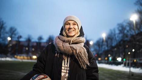 Emma Koivisto aloitti jalkapalloilun Kruununhaan SAPAssa, jonka kotikenttä on nykyään Haapaniemen kentällä.