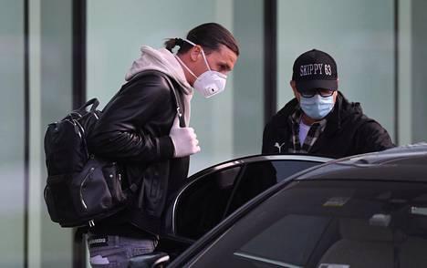 Zlatan Ibrahimovic palasi maanantaina Milanoon pörrättyään viikonloppuna Tukholman kaduilla Ferrarillaan.