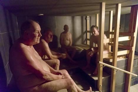 Yrittäjä kutsui lähitalojen asukkaita tutustumaan saunaan ennen virallista avausta. Lauteilla Sakari Lehtinen (vas), Antti Mansikka, Väinö Malin ja Petri Jäske.