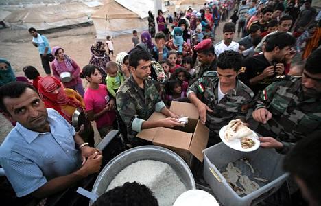 Syyriasta paenneet kurdit jonottivat ruokaa pakolaisleirillä Quru Gusikissa Irakissa 27. elokuuta.
