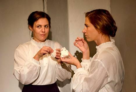 Rosanna Kemppi (vas.) ja Kreeta Salminen esittävät nimiosaa Teatteri Jurkan Norassa.