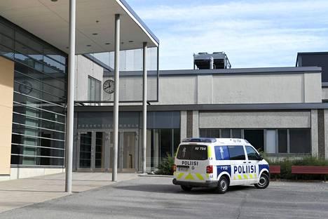 Poliisiauto Pääskytien koulun pihassa Porvoossa.
