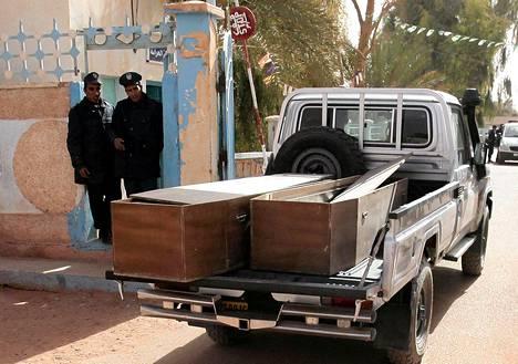 Algerialaiselle kaasulaitokselle kuljetettiin maanantaina ruumisarkkuja panttivankidraamassa kuolleita uhreja varten.