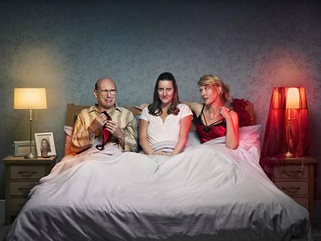 Sally (Catherine Shepherd, kesk.) rakastuu himokkaaseen Emmaan (Julia Davis) ja heivaa tylsän miehensä Davidin (Alex MacQueen).