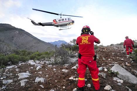 Pelastusviranomaiset tutkivat onnettomuuspaikkaa lähellä Monterreyn kaupunkia Meksikossa.